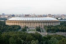 Вид с Воробьевых Гор на стадион в Лужниках.