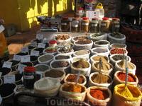 На рынке в Анджуне (каждую среду). Богатый выбор специй и чая.