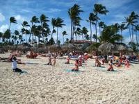 Вот так каждый день, зарядка и танцы на пляже отеля, в бассейне отеля, у бассейна отеля.
