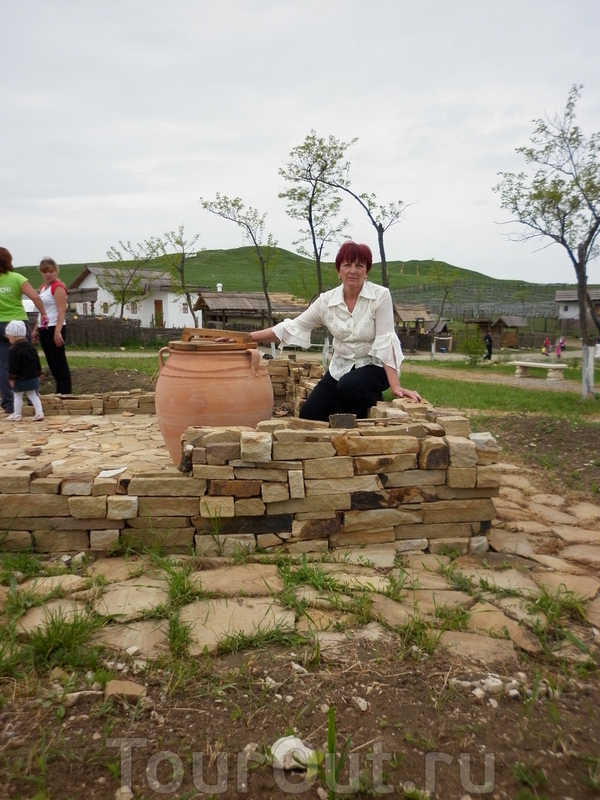 Емкость из глины наподобие греческого пифа