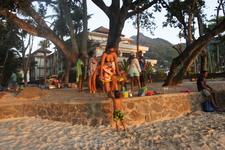 Местные креольцы на пляже Бо-Валон. Там всегда было полно креольских детей. Одних или с мамами.
