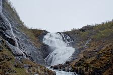 Водопад Квиннафоссен находится в непосредственной близости от дороги
