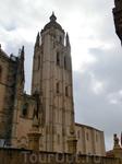 Началось возведение этого грандиозного сооружения в 1525 г. недалеко от замка Алькасар, и в течение почти 200 лет в нем постоянно шли работы, влияющие на весь его облик. В 1614 г. из-за уничтожения ба