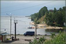 в устье Белой речки расположен пляж, яхт-клуб