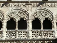Резной балкон украшен гербами.