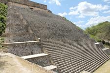 Большая пирамида. Эта лестница ведет к храму, украшенному масками Чака и попугаями. Попугаи ассоциируются с огнем, предполагается, что это был храм Солнца.