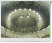 Потолок Зала Памяти художественно оформлен подвесками из латунных цепочек, к которым прикреплены «хрусталики», символизирующие слезы, выплаканные по погибшим ...