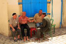 Медина Сусса. Местные мужчины пенсионеры весь день сидят пьют местный чай с орешками и мятой.