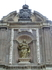 Сама Изабелла Португальская изображена с букетом роз, как традиционно изображают святую. Согласно легенде, король запрещал Изабелле давать милостыню бедным ...