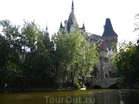 замок Вайдахуняд по соседству (территория городского парка)