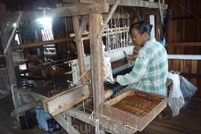 На этой фабрике производят ткани из лотоса и льна. Вручную, разумеется.