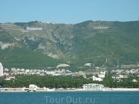 """С борта """"Коралла"""" мы увидели гору, где расположен развлекательный центр """"Олимп""""с колесом обозрения. На фото можно рассмотреть желтые столбы канатной дороги ..."""