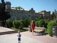 Прогулка по Керчи.На заднем плане старинное здание бывшей женской гимназии если не ошибаюсь.