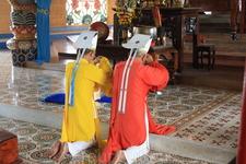 Начало службы. Разные по цвету одежды символизируют представителей трех религий, слившихся в Као Дае: католицизм, даосизм и ислам.