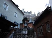 вид на Крепость Хоэнзальцбург (Hohensalzburg) от старейшей пекарни (на фото слева, функционирует здесь с 14 века). Хлеб замечательный, булочки тоже - технология ...