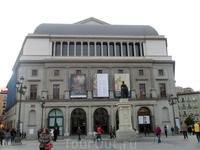 Королевский театр оперы и балета (Teatro Real) считается одним из самых важных важных культурных учреждений не только в Испании, но и в Европе. В его стенах на премьерах и спектаклях очень часто прису