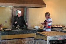 На гриле в ресторане поджарит повар Вам яишенку иль блинчик, на обед и ужин рыбку или мясо