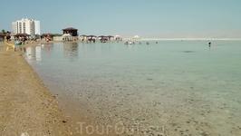 Мёртвое море, а точнее сказать, озеро - действительно чудо из чудес. Колоссальное содержание минеральных солей превращает воду в густую тяжёлую массу.