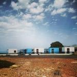 Классические бело-голубые домики на побережье