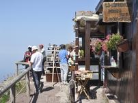 При входе непосредственно к кратеру магазинчик сувениров и вин.