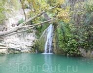 Сама купель Адониса – небольшая каменная чаша в скале, водопад в нее собирается их двух источников – мужского и женского.
