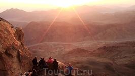 Солнце встаёт всё выше и всё отчётливей вырисовывается панорама синайских гор.