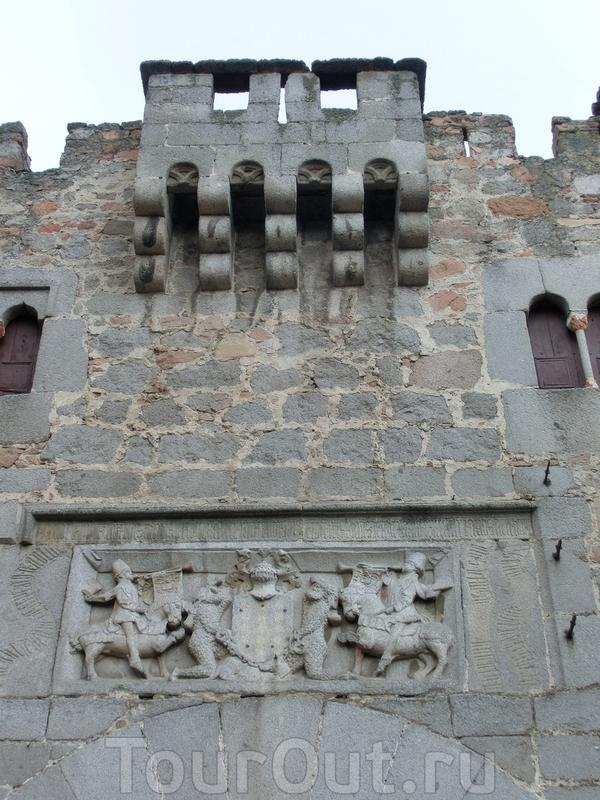 Тут же рядом находится еще один дворец, один из самых старинных - palacio Dávila. Он состоит из трех частей, относящихся к разным эпохам, самая старая из которых XIII века. Мощные стены больше напоминают замок, чем городской дом, что вполне объясняет ...