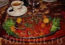 В Pierre Cafe. Заказали Рататуй (традиционное овощное блюдо провансальской кухни из перцев, баклажанов и кабачков), т.к. мечтала его попробывать:) Оказался ...