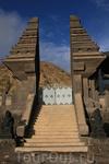 храм в кратере вулкана