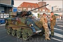 Дело в том, что часть бундесвера это контрактники и армия частенько использует городские мероприятия для привлечения людей на военную службу и даже даёт ...