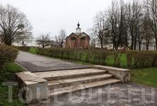 Или старая церковь и видавшая виды бетонная лестница советских времён.