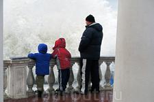 Говорят, что в этот день шторм утих, но волны все равно приличного размера