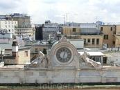 А вот это творение венчает дворец, в котором разместилась Veneranda Fabbrica del Duomo di Milano. Эта организация была основана в 1387 году, через год ...