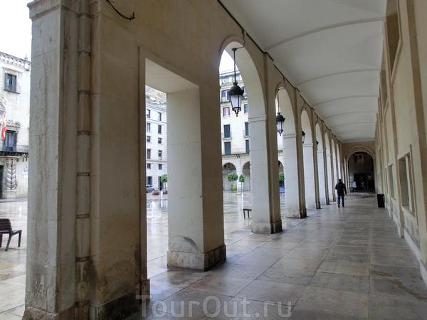 Традиционные галереи по периметру, в которых традиционно разместились магазинчики, кафе и даже небольшой отель сети Евростарс.