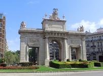 Конечно же взгляд притянула эта арка на площади La Plaza Porta de la Mar, уж очень она похожа на любимую мадридскую арку Puerta de Alcalá.  Эта арка - ...