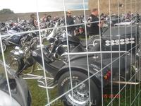машины байкеров стоят на охраняемых стоянках