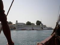Рядом с причалом на оконечности Николаевского мыса находится здание водной станции, а ныне спортивной базы Черноморского Флота РФ, построенное в 1933 году ...