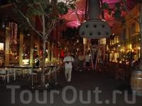 Clarke Quay - кондиционированная улица под зонтами