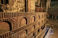 """По устройству похож на деревянные хоромы Кижей - также зимой люди жили со скотом, а летом перемещались в своеобразные """"светлицы"""" верхнего этажа."""