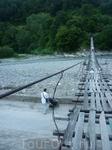 Аварийный мост через реку Пзезуапсе. Люди по нему ходят...