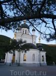 Форос. Церковь Вознесения Господня.  стоит на отвесной красной  скале высотой 427  метров.