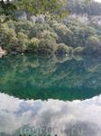 небо, облака,  деревья.... и потрясающе прозрачная вода