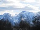 Солнце, горы, белый снег, зелёная трава, озёра)