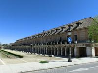 Справа от дворца находится это здание, которое называется La Casa de Caballeros y Oficios (дом рыцарей и слуг). Его строительство было завершено в 1767 году.