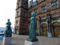 Хельсингёр. Статуи Гамлета и Офелии перед входом в здание вокзала.