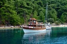 Экскурсионные катера, совершающие морские прогулки вдоль берега Тасоса, останавливаются на красивых пляжах, где могут искупаться туристы.