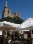 современность рядом со старинной церковью