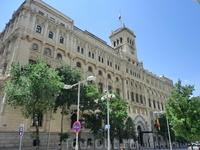 Пройдя здание мэрии насквозь, я вышла на улицу Montalbán, где находится вот это красивое здание, творение архитекторов José Espelius y Francisco Javier de Luque, штаб-квартира военно-морских сил. Перв