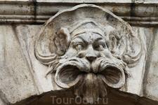 Каменные маски на фасадах зданий.