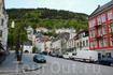 одна из центральнх улиц Бергена и видна гору Флёйен, на вершине которой находится смотровая площадка с великолепным видом на город